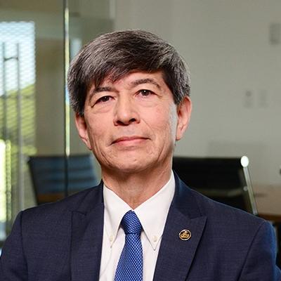 Dr. Fernando León