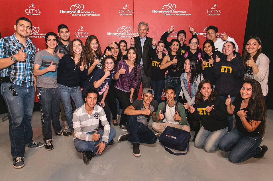 Dr. Wolfgang Ketterle con estudiantes CETYS