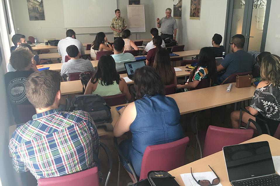 El curso se enfocó en que los estudiantes internacionales adquirieran las aptitudes necesarias para iniciarse en el campo de los negocios,