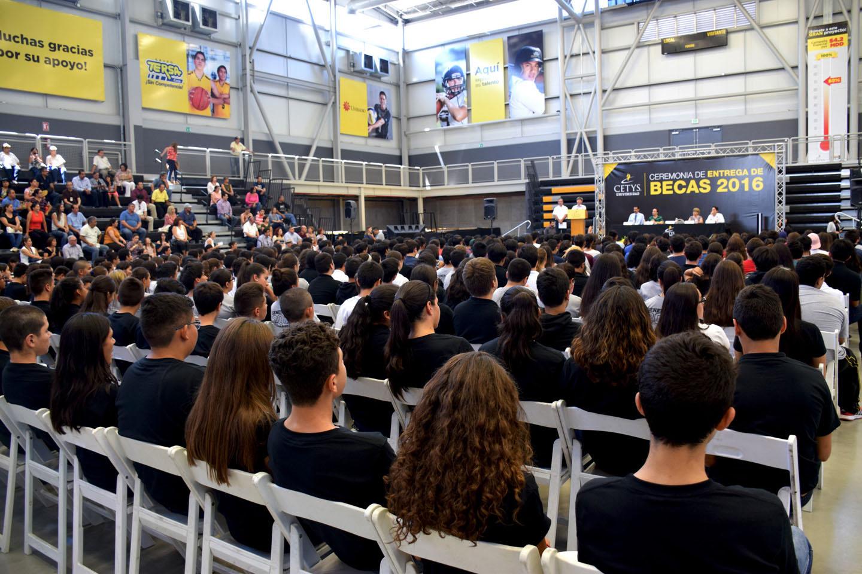 """La """"Ceremonia de Entrega de Becas"""" se realizó en el Gimnasio – Auditorio """"Rodrigo Valle Hernández"""""""