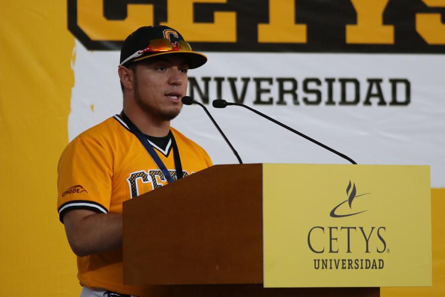 Peña Osuna, seleccionado de Zorros Béisbol, dirigio un discurso de agradecimiento en nombre de los reconocidos.
