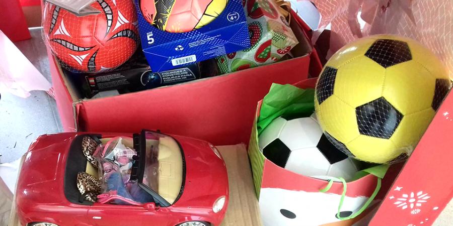 Donan juguetes y ropa en Santorales
