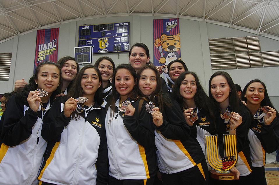 MONTERREY, MEXICO - MAYO 7 : Jugadoras del CETYS con la medalla del tercer lugar durante el de Basquetbol Femenil en la Universiada 2017 en el Gimnasio Cayetano Garza el 7 de Mayo de 2017 en Monterrey, Mexico (Foto: Alfredo Lopez/JAM MEDIA)