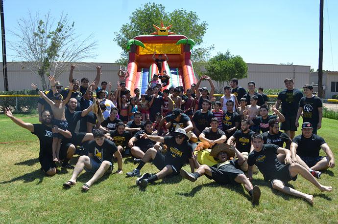 Zorros conviven con niños de Fundación TMONA
