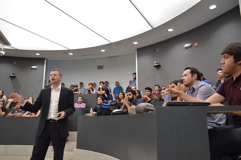 De acuerdo con el académico, México necesita formar más profesionistas en el área de diseño y no en producción.