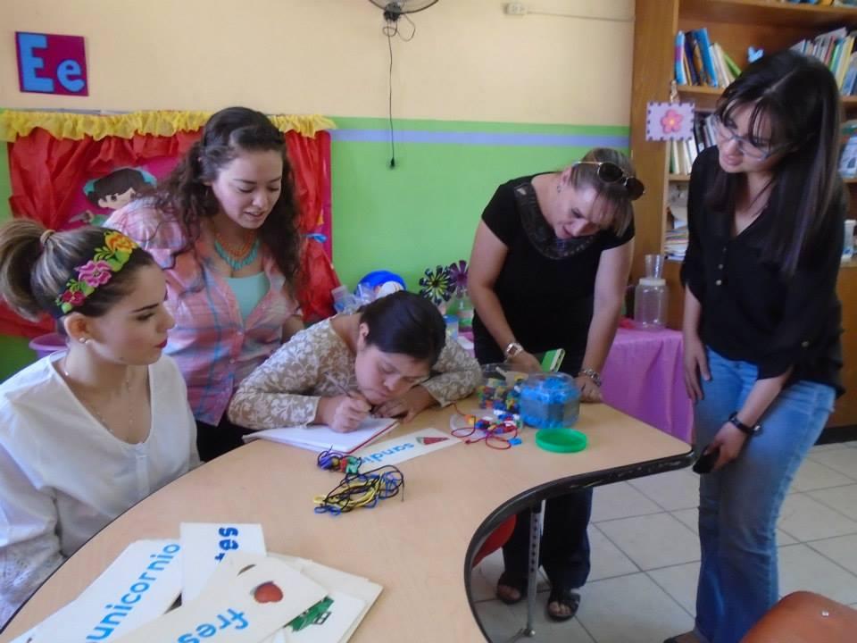 Alumnos de CETYS realizan visita a centro de aprendizaje.
