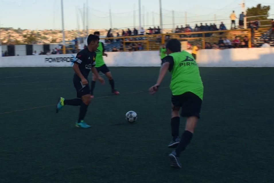El equipo entrena de miércoles a viernes, jugando cada sábado en liga local.