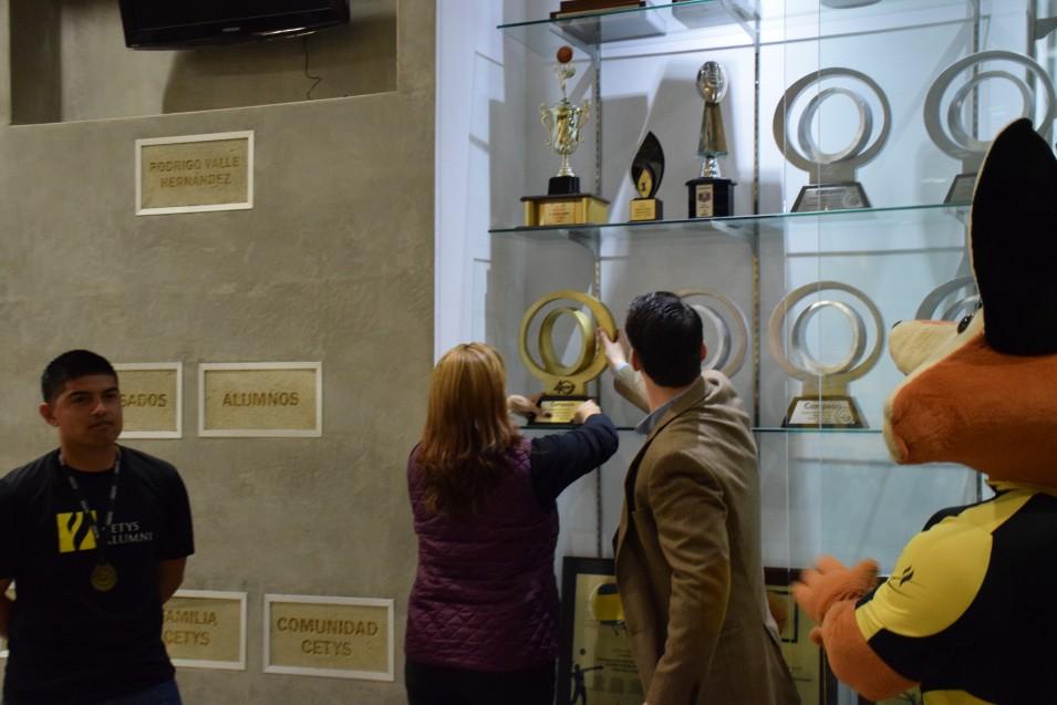 El trofeo ya es exhibido en la vitrina del Auditorio RVH.