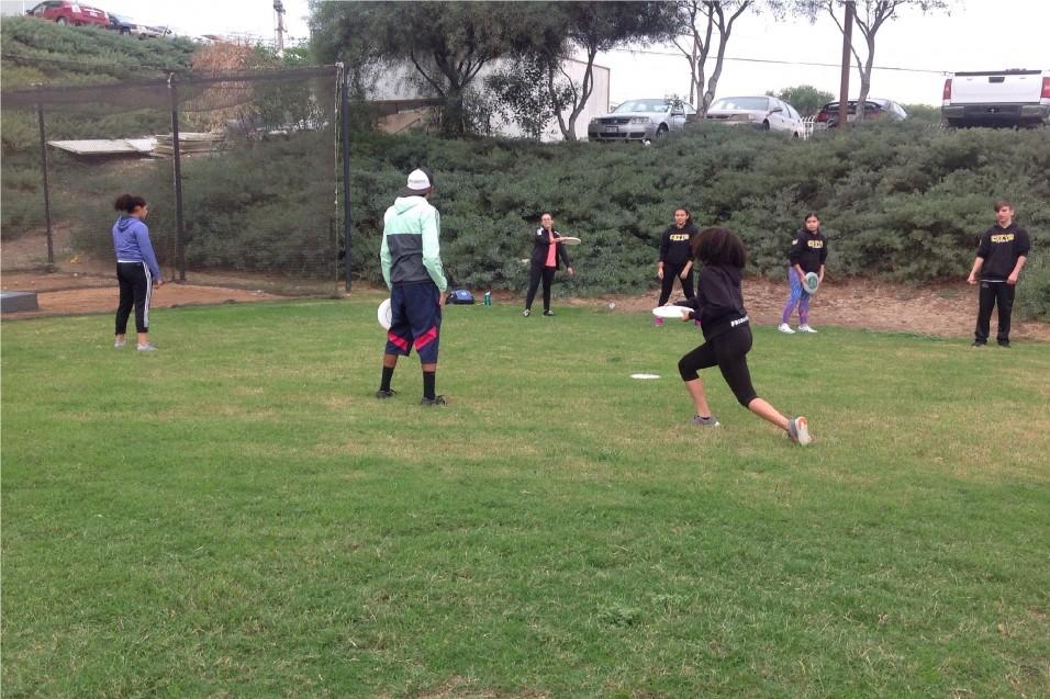 Estudiantes de CETYS Tijuana dan bienvenida al frisbee