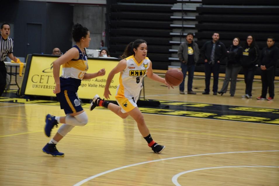 Paola Beltrán (6) en contragolpe.