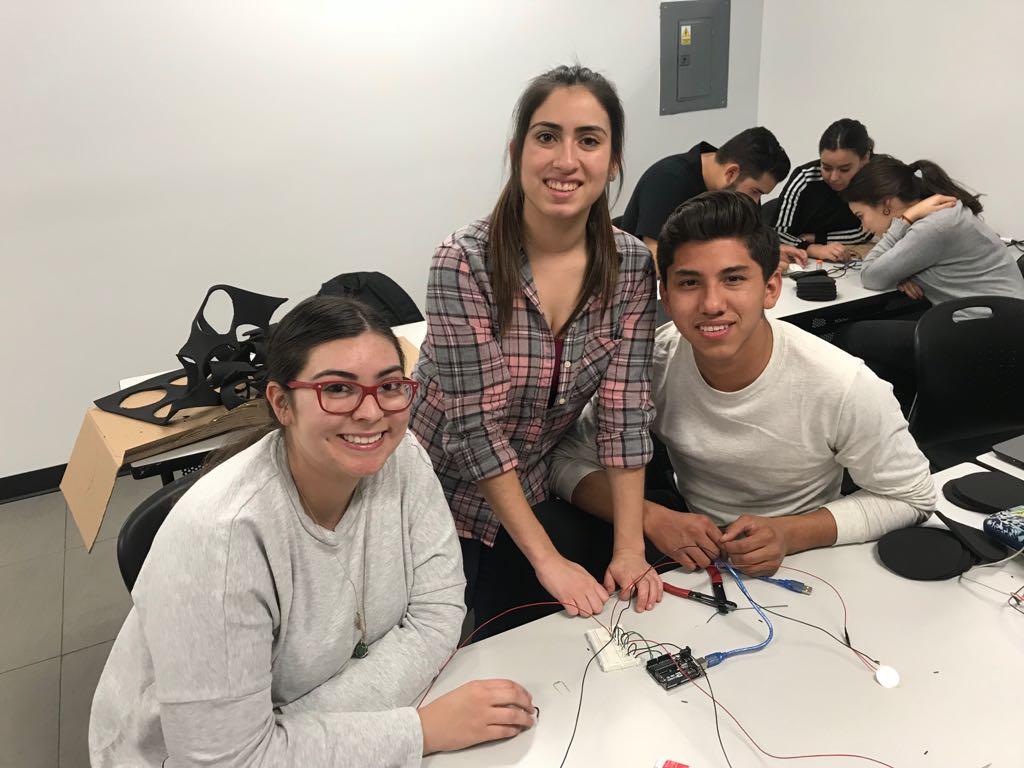 Marian con compañeros del curso impartido por alumnos de MIT