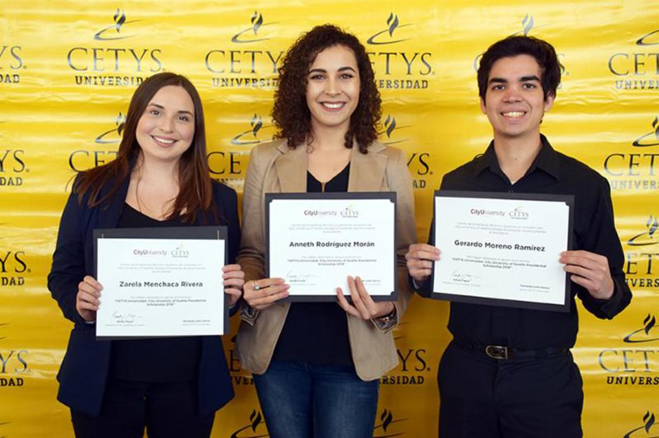 """Con """"Beca Presidencial"""" reconocen talento de 3 estudiantes de Doble Grado"""