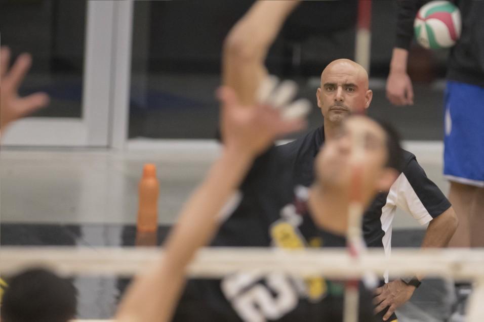 El entrenador Óscar Licea mira atentamente el encuentro.