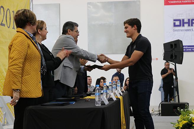 Premian el esfuerzo, trabajo y dedicación de alumnos de excelencia