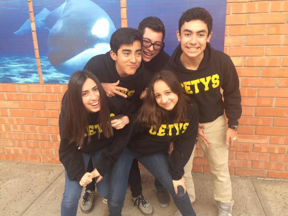 Marian Meza en compañia de sus amigos del IB