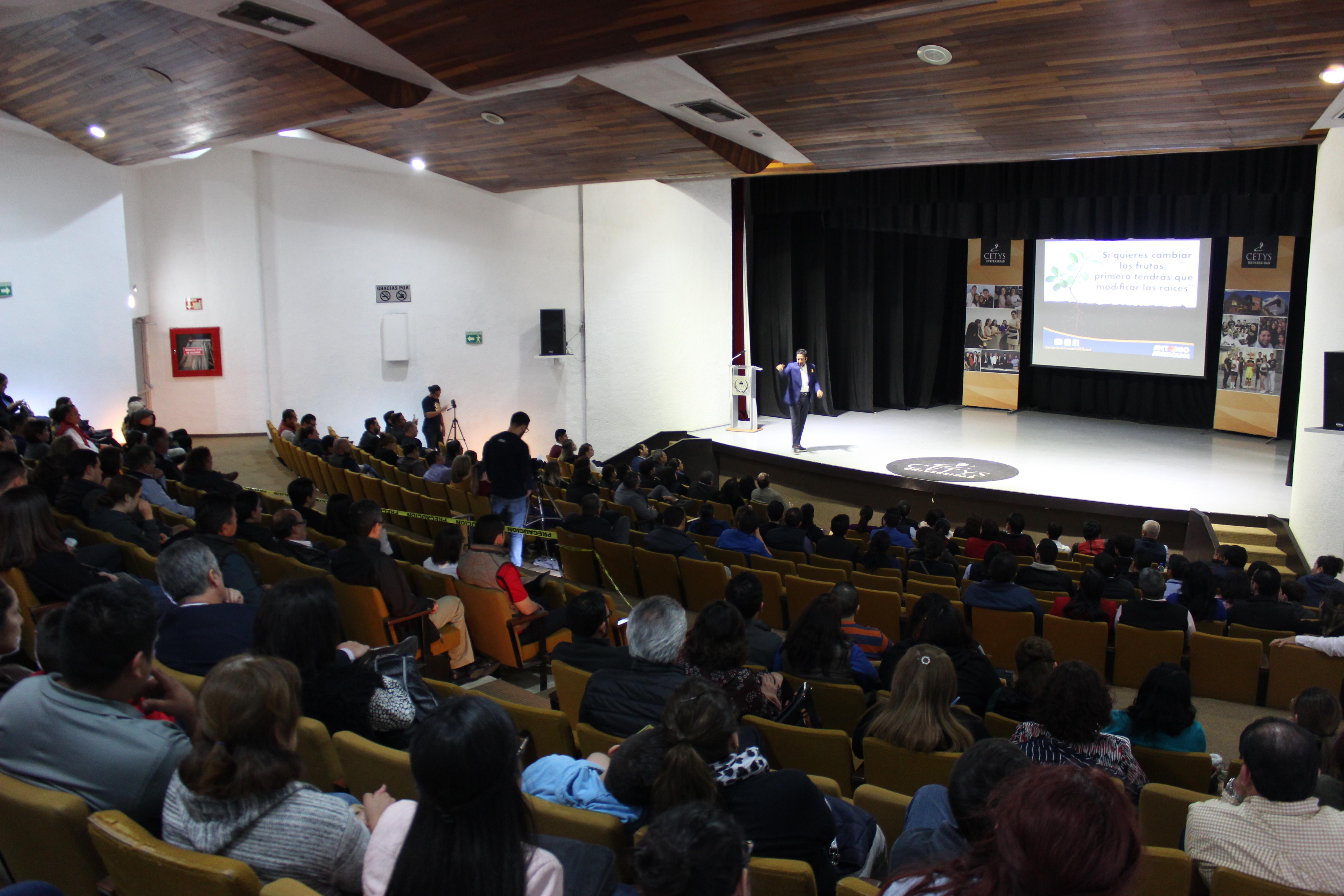 Conferencia: El Poder de Pensar en Grande