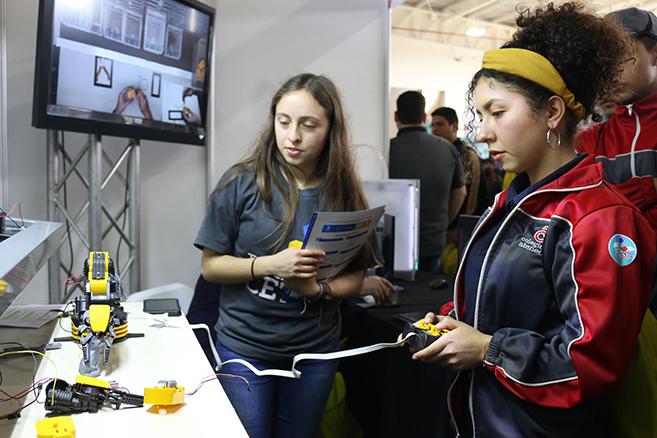 Jóvenes ensenadenses buscan opciones para su futuro en plataforma vocacional del CETYS