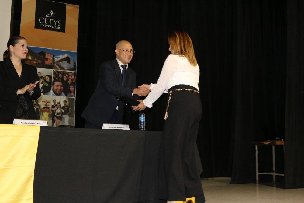 Alumnos de CETYS Educación Continua celebran su graduación.