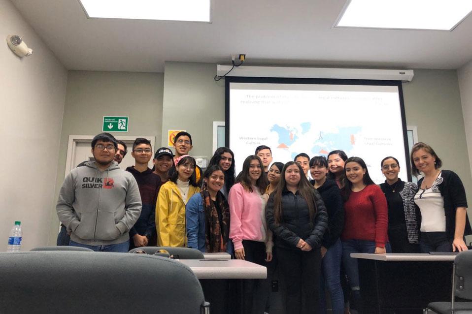 Alumnos de Derecho reciben visita de Docente Internacional
