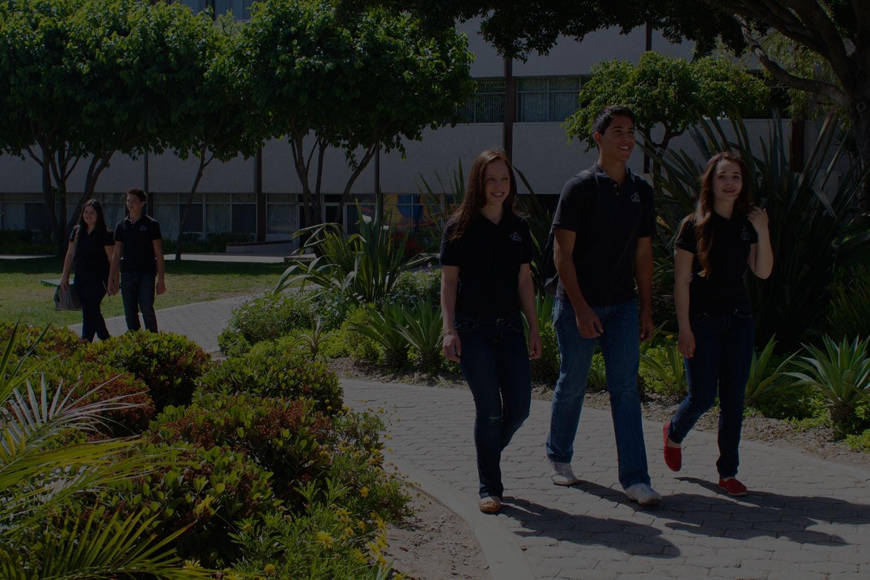 Alumnos de Preparatoria caminando por las instalaciones de CETYS Universidad