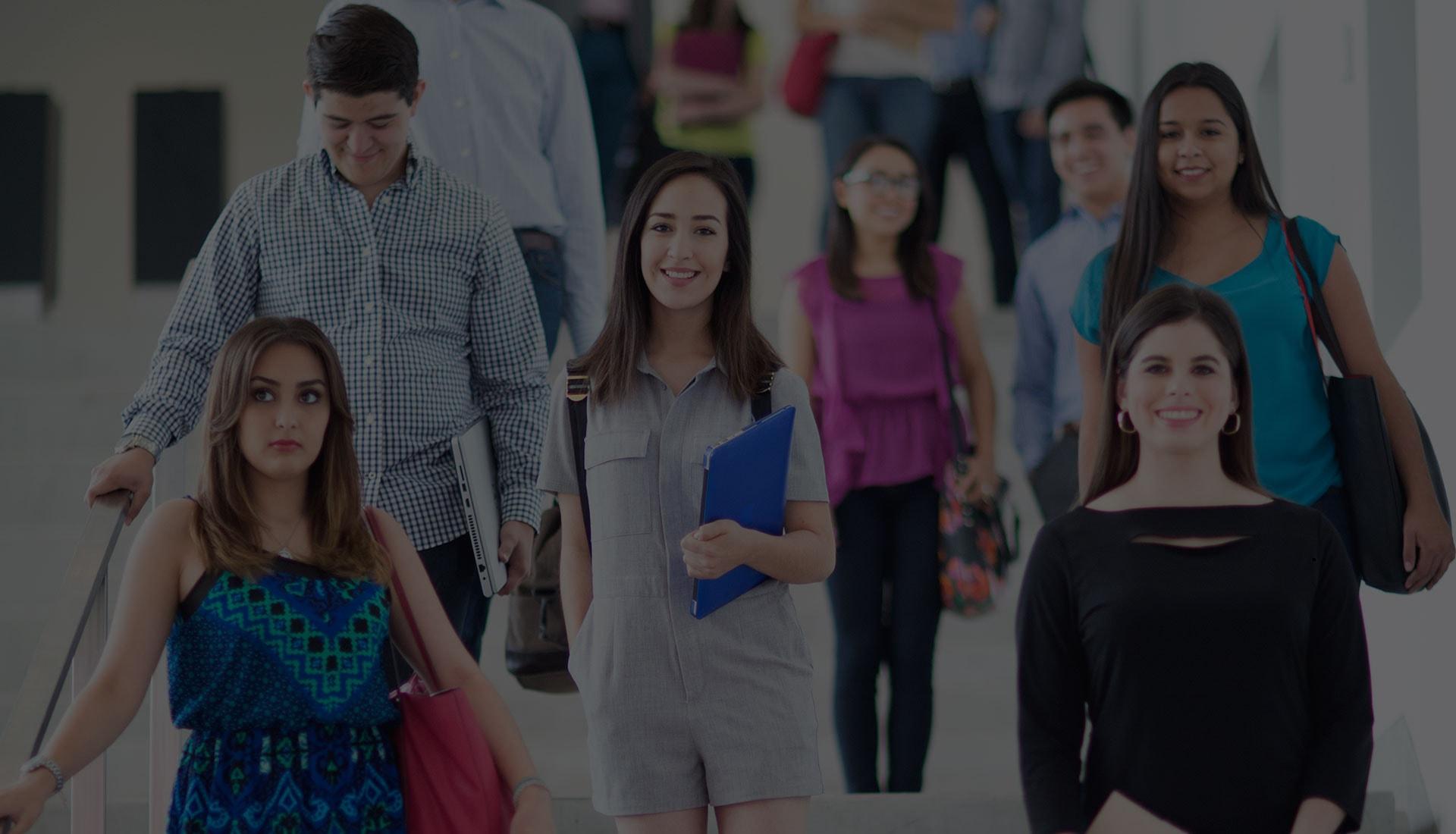 Alumnos de Licenciatura en pasillo del campus