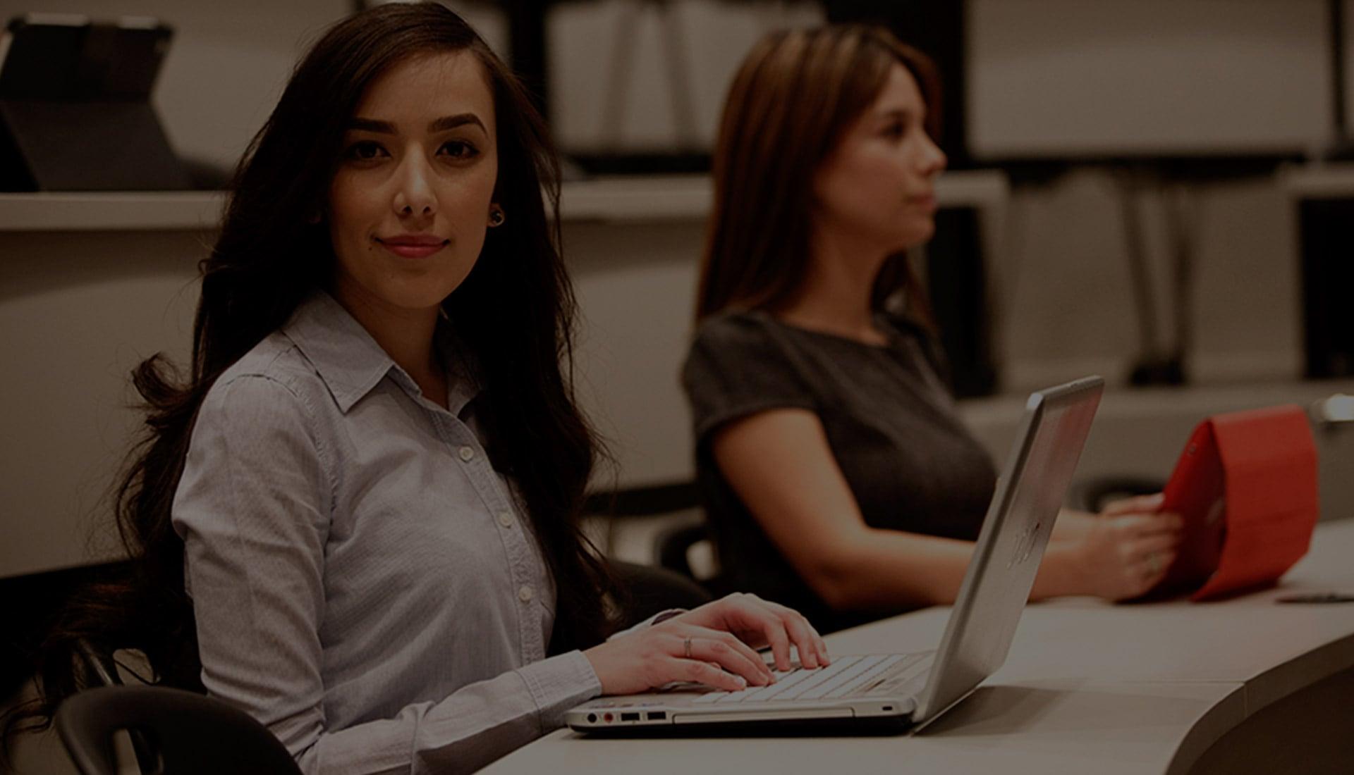 Estudiantes trabajando en la computadora