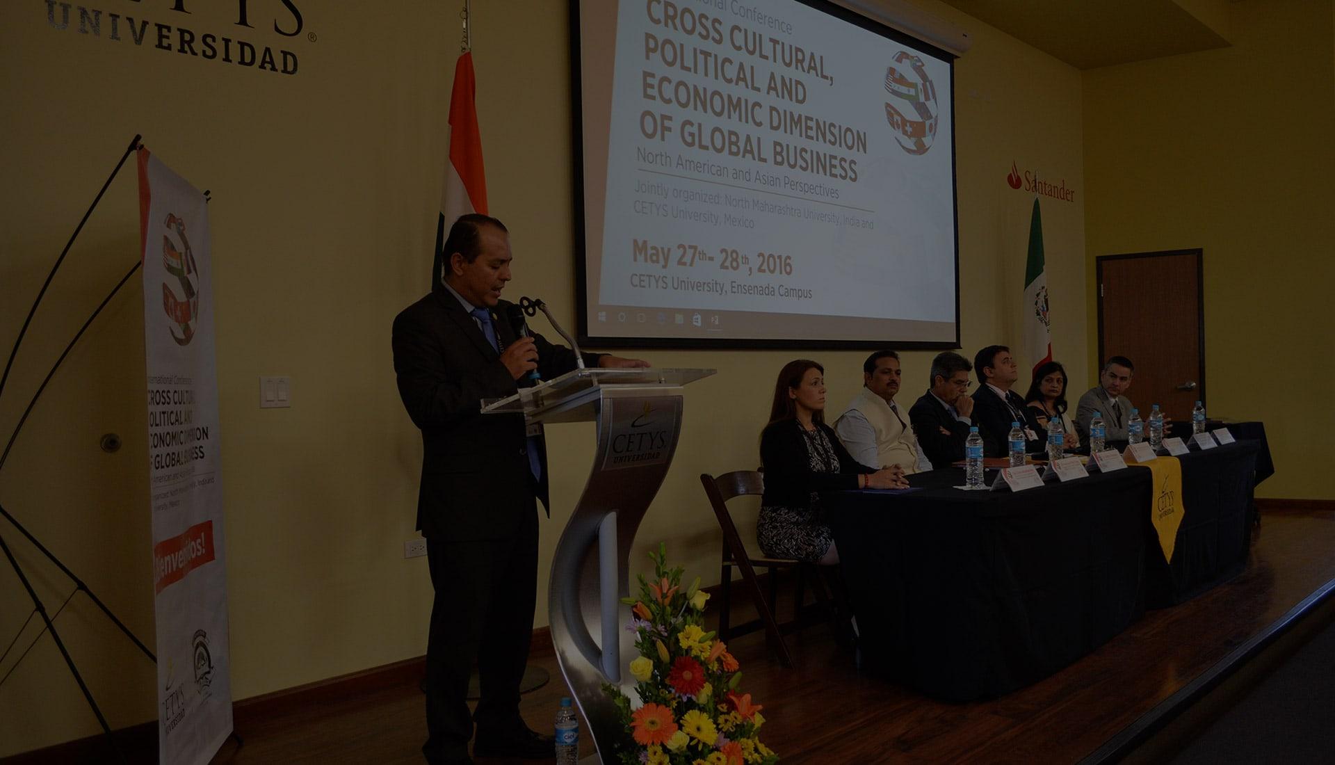 Dr. Francisco Velez dando un mensaje en CETYS Universidad, Campus Ensenada