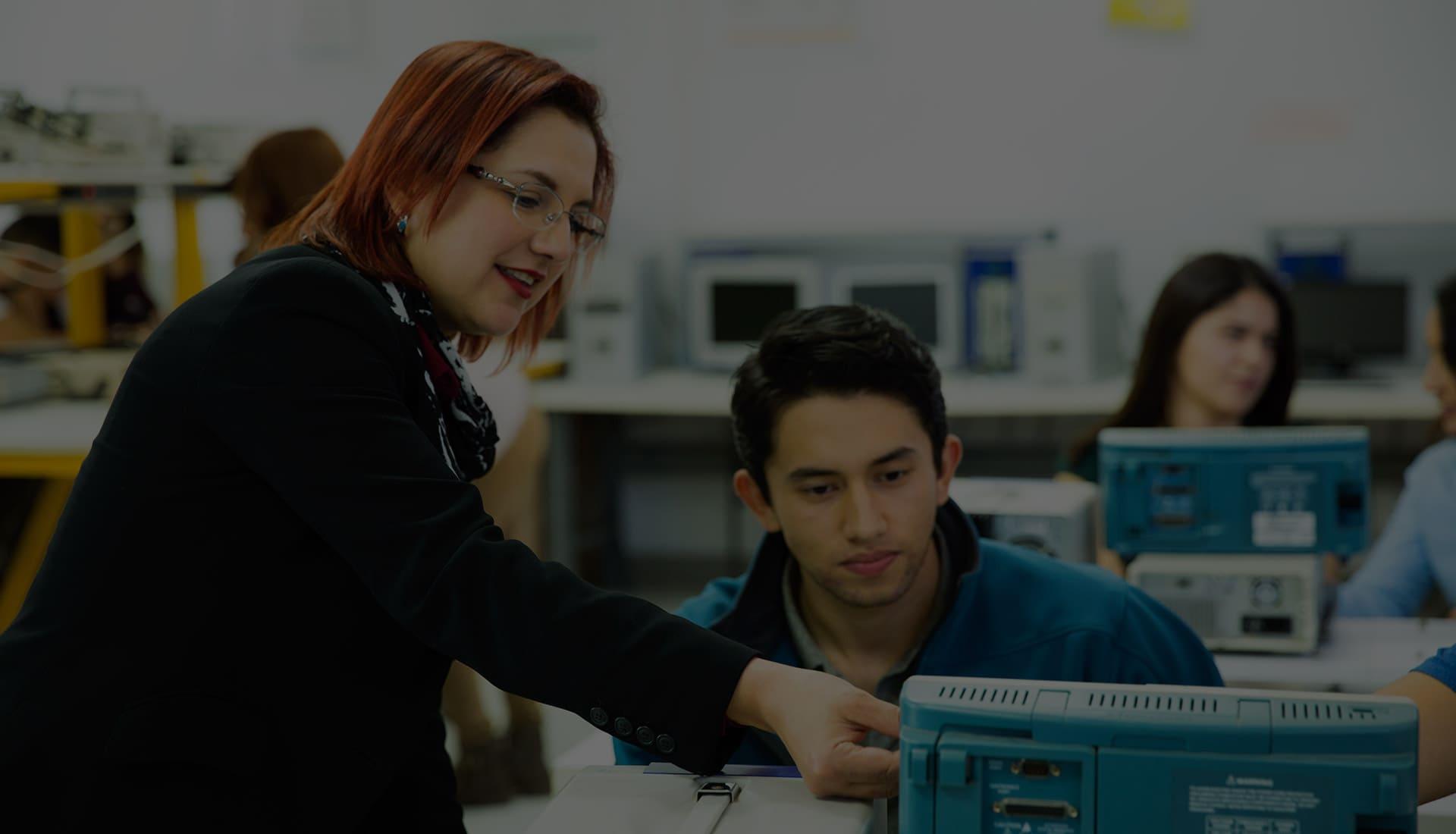 Docente explicando a estudiante en laboratorio de ingeniería