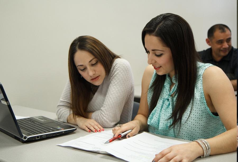alumnos utilizando biblioteca digital